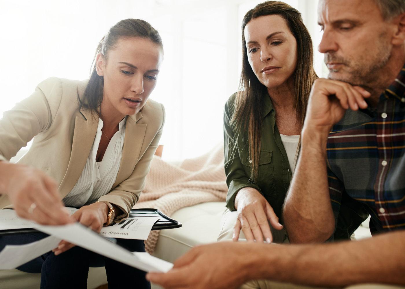 Casal a discutir as Coberturas do Seguro de Vida Crédito Habitação
